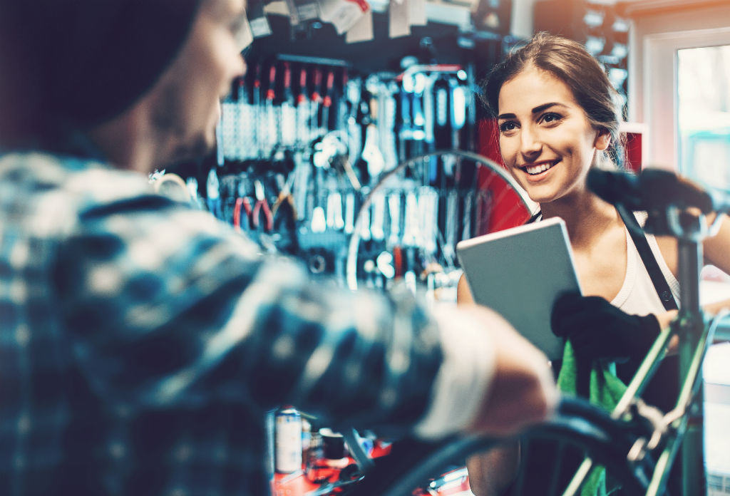 kassasysteem retail sportwinkel - winkel verkoopster en klant tijdens een verkoop
