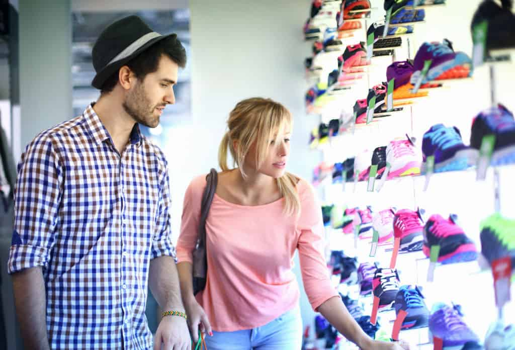 kassasysteem retail sportwinkel - klanten die kijken naar sportschoenen in de sportwinkel