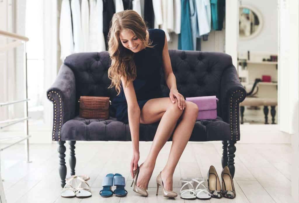 schoenenwinkel kassasysteem retail_vrouw die schoenen past