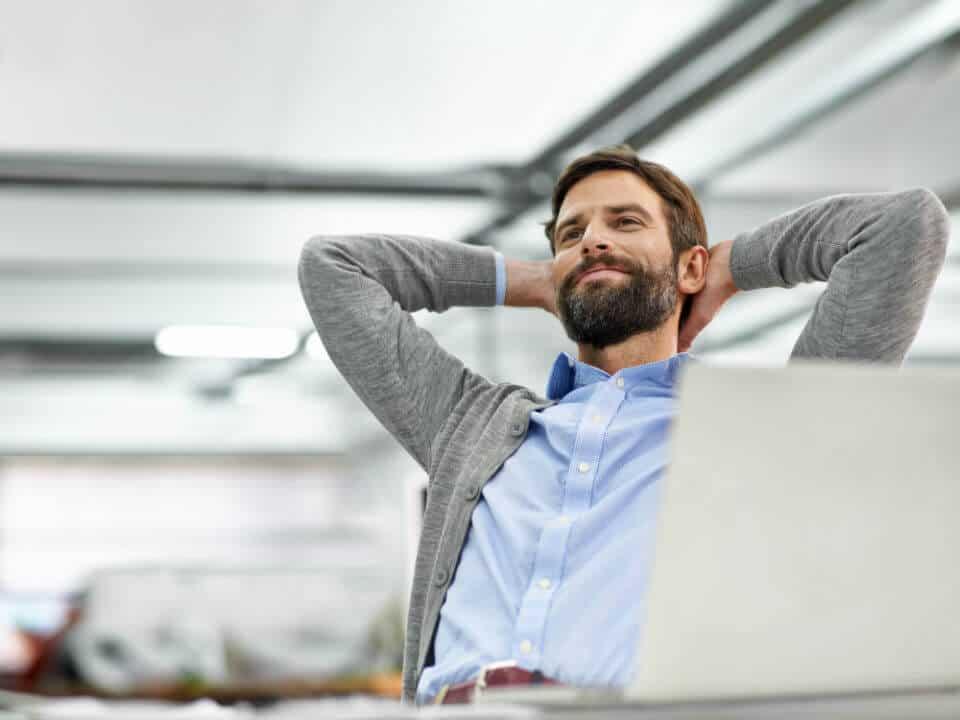 Tevreden Retailer achter laptop met Webshop