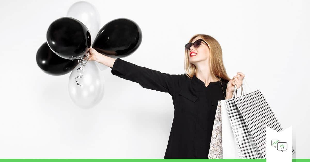 black friday en cyber monday tips voor meer sales cover image vrouw met zwarte en witte balonnen en tassen in zwarte jurk