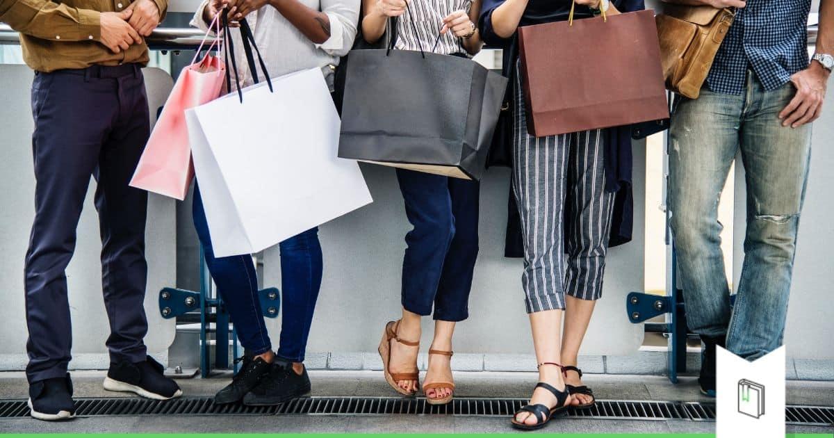 winkelende mensen met winkeltassen