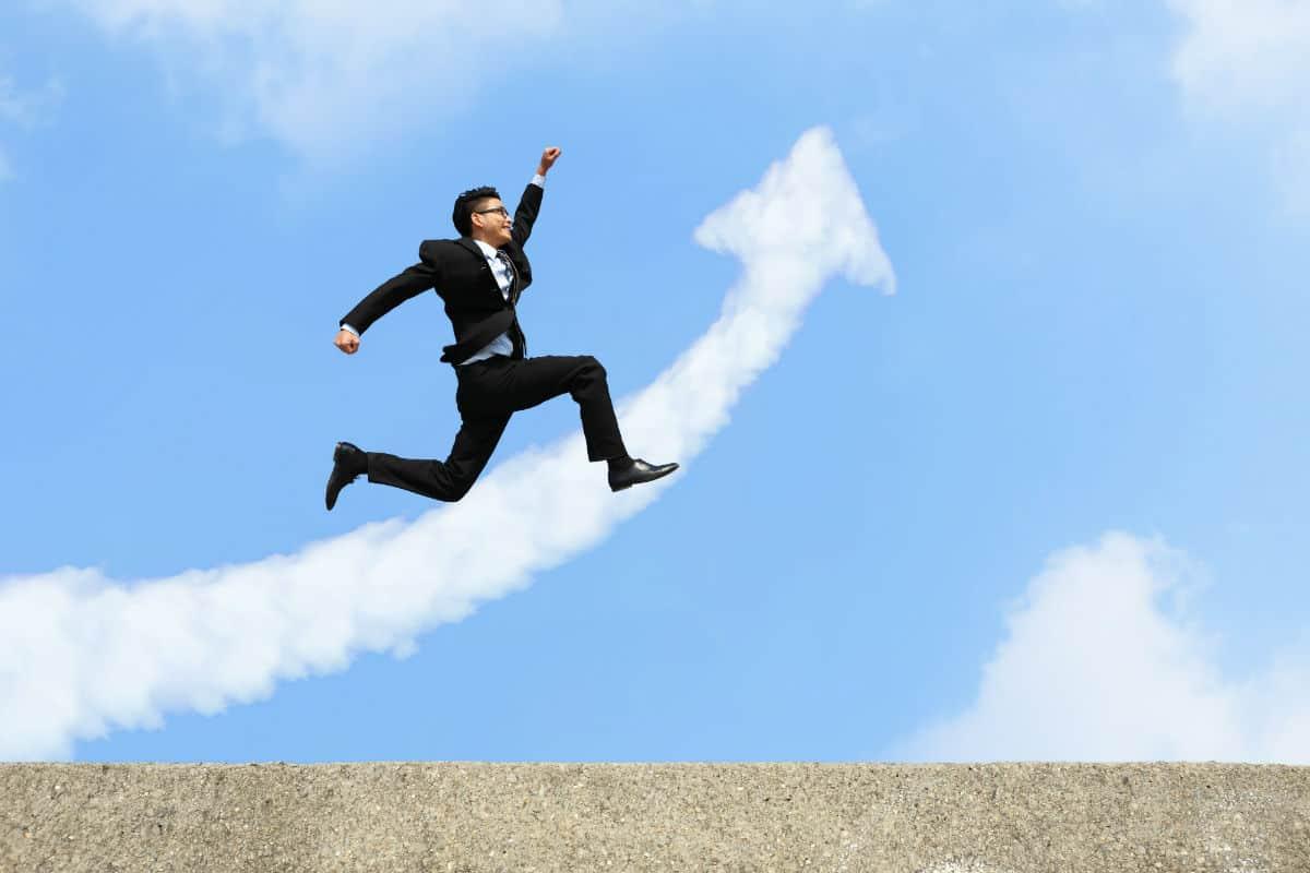 enthousiaste klant spring gat in de lucht pijl wolken